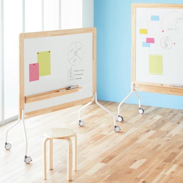 天然木枠でコミュニケーションスペースに柔らかな雰囲気を与える両面使えるホワイトボード。空間に合わせてタテにもヨコにも組み立てられます。