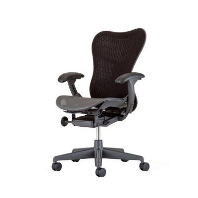座る人とともに動く。姿勢にフィットし、どんな小さな動きでもダイナミックにサポートする「ミラ2チェア」(※こちらは記事中のミラチェアの後継機種になります)