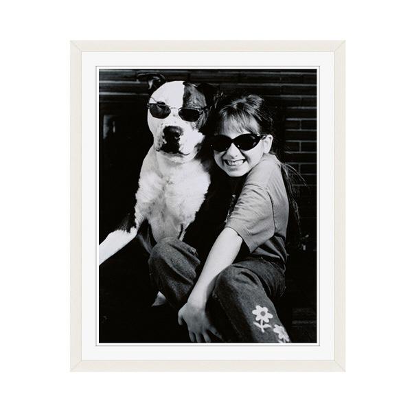 アートプリントジャパン 「サングラスをかけたイヌと笑顔の外国人の女の子 B/W カナダ」 フレーム/M/ホワイト 1枚