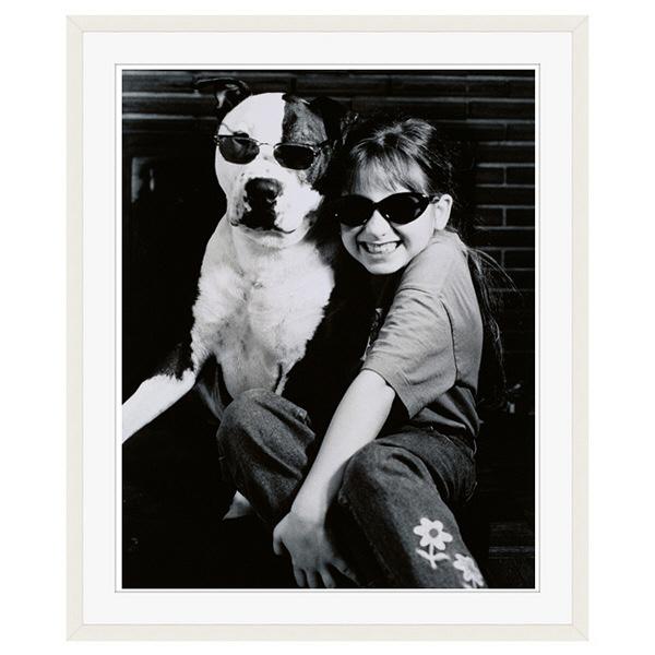 アートプリントジャパン 「サングラスをかけたイヌと笑顔の外国人の女の子 B/W カナダ」 フレーム/XL/ホワイト 1枚