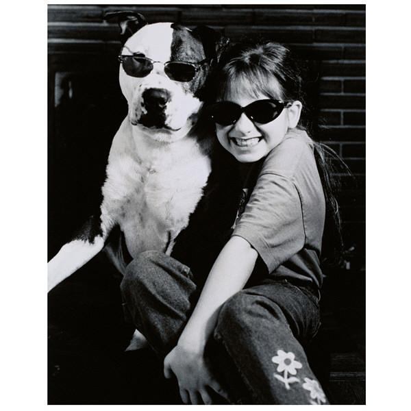 アートプリントジャパン 「サングラスをかけたイヌと笑顔の外国人の女の子 B/W カナダ」 キャンバス/XL 1枚