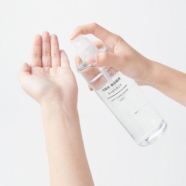 「コットンで押さえるようにプッシュすると、化粧水を含ませることができる、別売りのポンプヘッドをつけて使っています。化粧水のフタをわざわざ開閉しなくていい  ...