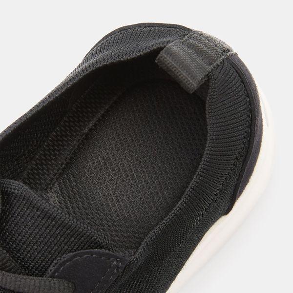 踵の衝撃を吸収するスニーカー 24.0