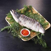 送料無料 北海道産新巻鮭といくらの醤油漬セット 700g(北海道産新巻鮭姿切身(半身))、100g(北海道産いくら醤油漬) 冷凍 食品(直送品)