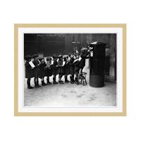 アートプリントジャパン 「Children Lined Up to Mail Letters」 フレーム/M/木目 1枚
