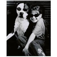 アートプリントジャパン 「サングラスをかけたイヌと笑顔の外国人の女の子 B/W カナダ」 キャンバス/L 1枚