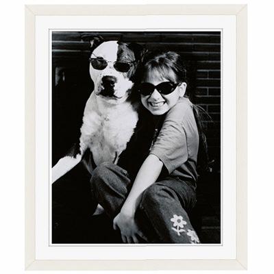 アートプリントジャパン 「サングラスをかけたイヌと笑顔の外国人の女の子 B/W カナダ」 フレーム/S/ホワイト 1枚