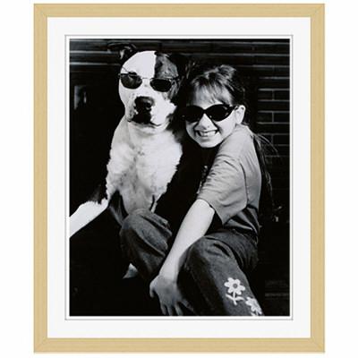 アートプリントジャパン 「サングラスをかけたイヌと笑顔の外国人の女の子 B/W カナダ」 フレーム/S/木目 1枚