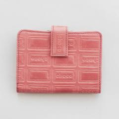 10%OFFクーポン対象商品 【送料無料】 チョコレートバイヤーとコラボ! チョコ型押しで誂(あつら)えた 本革がま口付き折り財布〈ストロベリー〉[本革 二つ折り財布:日本製] クーポンコード:KZUZN2T