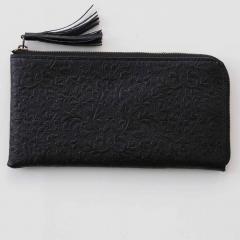 10%OFFクーポン対象商品 【送料無料】職人仕上げ リバティプリント すっきり薄型が上品な つた柄型押し 本革スマート長財布〈ブラック〉[本革 財布:日本製] クーポンコード:KZUZN2T