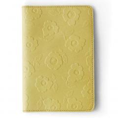 10%OFFクーポン対象商品 【送料無料】レトロな花柄の型押しで誂(あつら)えた 本革パスポートケース(レモンライムイエロー)[本革 パスポートケース:日本製] クーポンコード:KZUZN2T