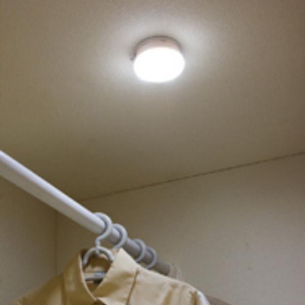 センサーライト LED 乾電池 人感 おまけ付き 乾電池式屋内センサーライト マルチタイプ BSL40MN-W 玄関灯(566915) アイリスオーヤマ
