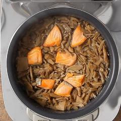 <冷凍5人前×2セット>きのこと鮭の炊き込みご飯(焦がしバター仕立て)(3合分4~5人前×2セット)