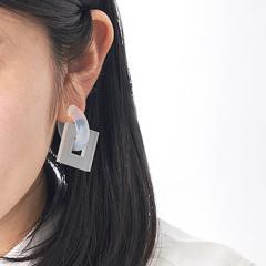 acrylic 917 GUM earring スモークホワイト(フローセントホワイト) | アクリリック 日本製  坂雅子 痛くない