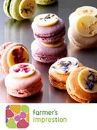 季節の花や茶葉の香り高いガナッシュを使い、ホワイトチョコレートと花びらが色合いのアクセントになっているマカロン